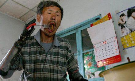 中國漁夫殘而不廢 利用廢鐵自制義肢