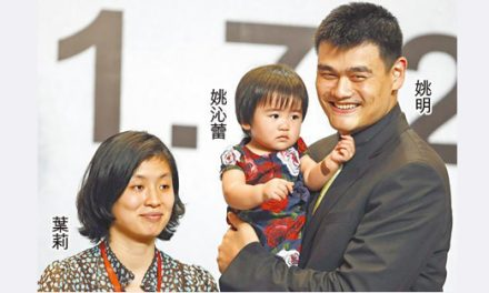 Yao Ming visited school with his wife and their 3 years old daughter